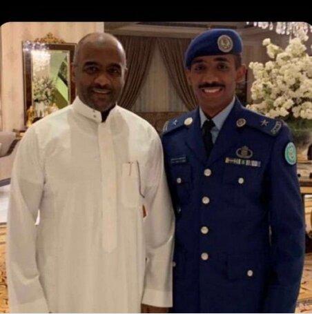 احمد العسیری در کنار برادرزاده اش