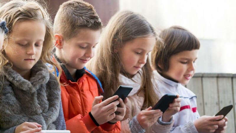 وابستگی کودک به موبایل