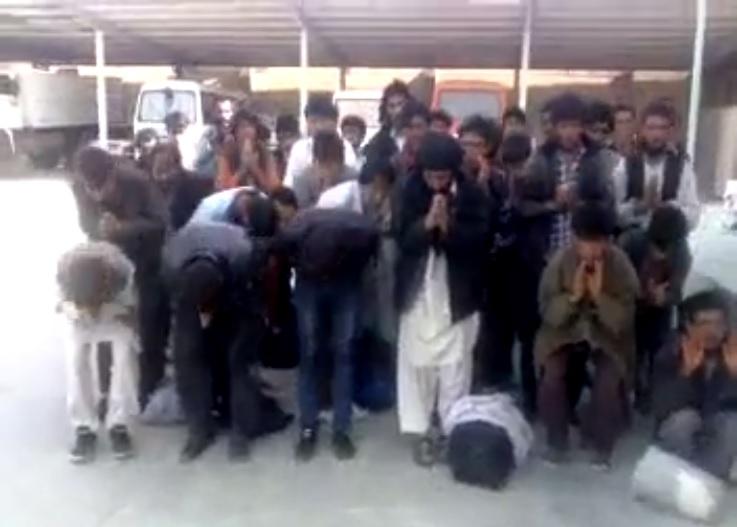 تعظیم مهاجرین افغانی در برابر افسر نیروی انتظامی