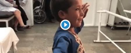 رقص وشادی کودک افغان پس از دریافت پای مصنوعی+ ویدیو
